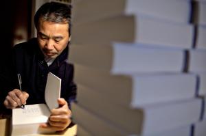 Murakami mentre firma del copie del suo libro